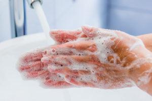 Frau wäscht Hände mit Olivenöl Seife