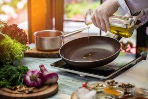 Pfanne beim Braten mit Olivenöl